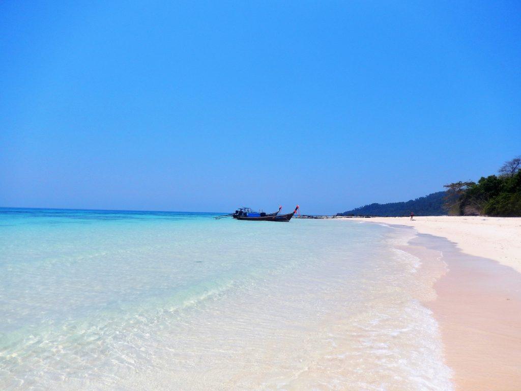 Des plages paradisiaques ont déroulé leur tapis de sable fin à plusieurs endroits. Dame Nature nous a gâté là avec de la chaleur, une mer turquoise et du sable blanc et fin comme de la farine. J'avais l'impression d'être seule au monde.»